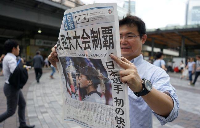 Un Japonais tient une édition spéciale du «Sankei Shmbun» à l'occasion de la victoire en Grand Chelem de Naomi Osaka, le 9 septembre 2018.