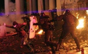 Des affrontements violents faisant des dizaines de blessés ont éclaté dimanche à la fin d'une manifestation à Kiev de 200.000 opposants pro-européens venus défier les autorités après l'adoption de nouvelles lois renforçant les sanctions contre les contestataires.