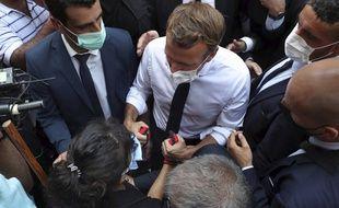 Emmanuel Macron tient les mains d'une femme dans le quartier de Gemmayzeh frappé par l'explosion au port de Beyrouth, jeudi 6 août