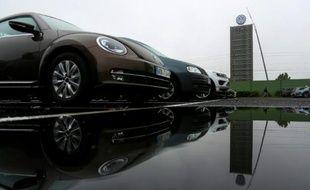 Des voitures Volkswagen et le logo du groupe près de son siège à Wolfsburg en Allemagne le 8 octobre 2015