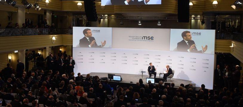 Le président français Emmanuel Macron (sur le podium, à droite) est affiché sur grand écran alors qu'il s'entretient avec le président de la Conférence de Munich sur la sécurité Wolfgang Ischinger lors de la 56e Conférence de Munich sur la sécurité (MSC) à Munich, dans le sud de l'Allemagne, le 15 février 2020.