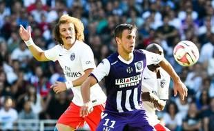 L'attaquant toulousain Aleksandar Pesic devant le défenseur parisien David Luiz lors du match de Ligue 1 entre Toulouse et le Paris-Saint-Germain, le 27 septembre 2014.