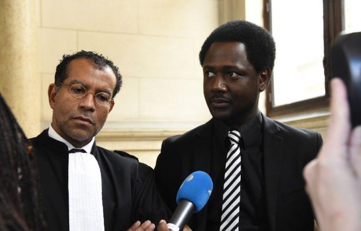 Souleymane Sylla et son avocat Jim Michel-Gabriel au Palais de Justice de Paris, le 3 janvier 2016. – BERTRAND GUAY / AFP