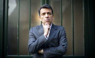 L'écrivain Régis Jauffret, devant les Editions du Seuil à Paris, le 9 janvier 2012.