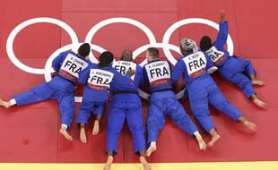 L'équipe de France médaillée d'or par équipe mixte lors de JO de Tokyo.
