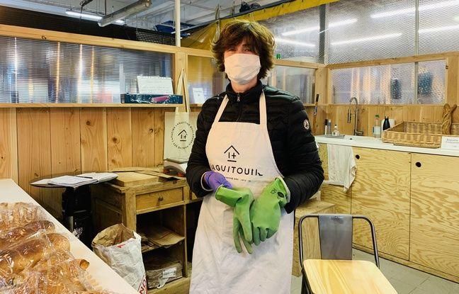 Les commerçants se protègent avec des gants mais aussi des masques pour certains au marché des Capucins.