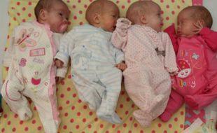 Quatre bébés endormis, illustration.