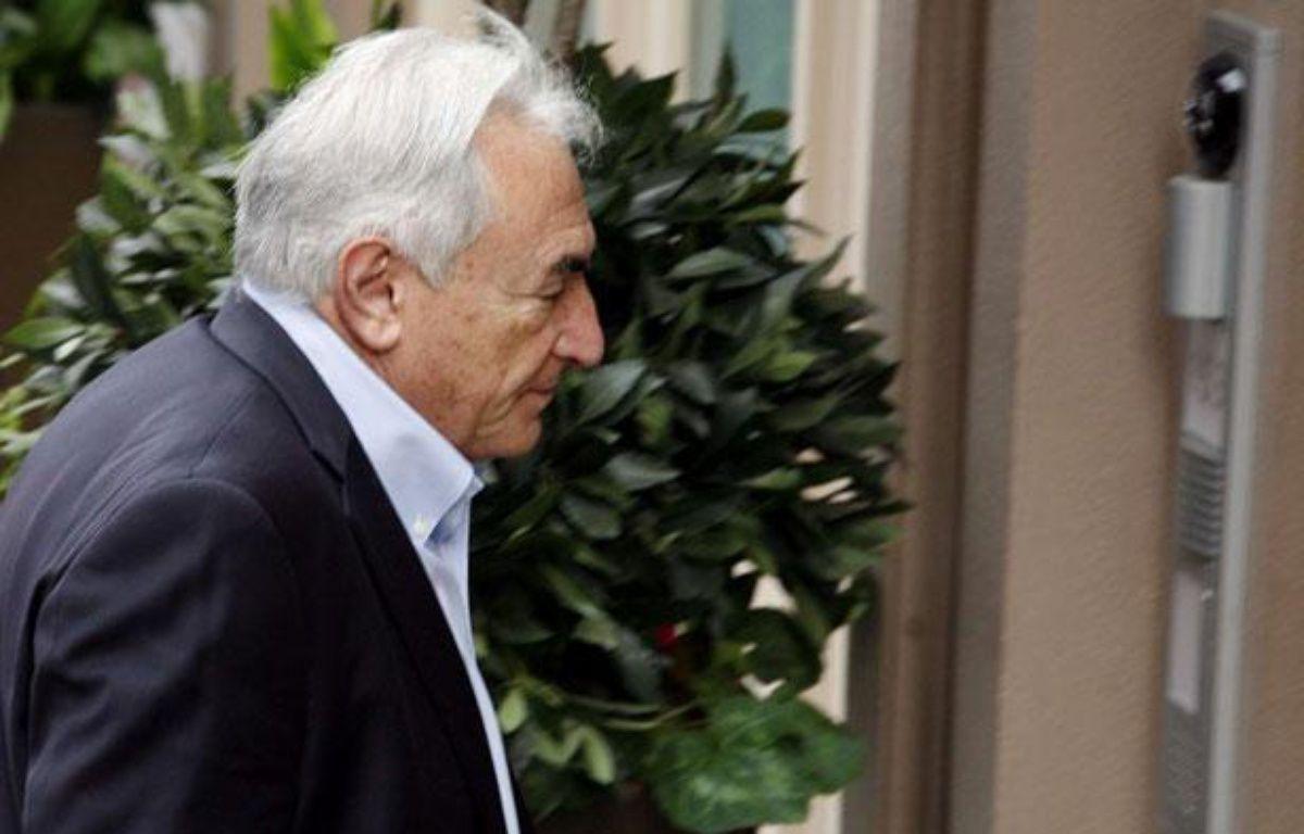 Dominique Strauss-Kahn devant sa maison de New York le 2 juillet 2011, tout juste après sa libération sur parole. – DAVID KARP/AP/SIPA