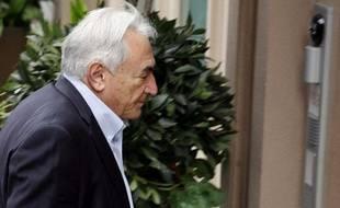 Dominique Strauss-Kahn devant sa maison de New York le 2 juillet 2011, tout juste après sa libération sur parole.
