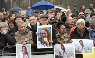 Plusieurs personnes se sont réunies à Nice pour rendre hommage à la nageuse Camille Muffat, le 14 mars 2015