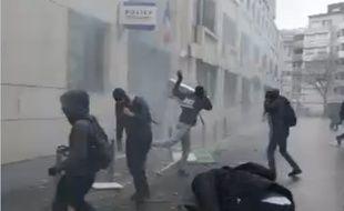 Capture d'une vidéo Periscope montrant des jeunes ont jeté des projectiles sur le commissariat du 19e, rue Erik-Satie à Paris, le 25 mars 2016.