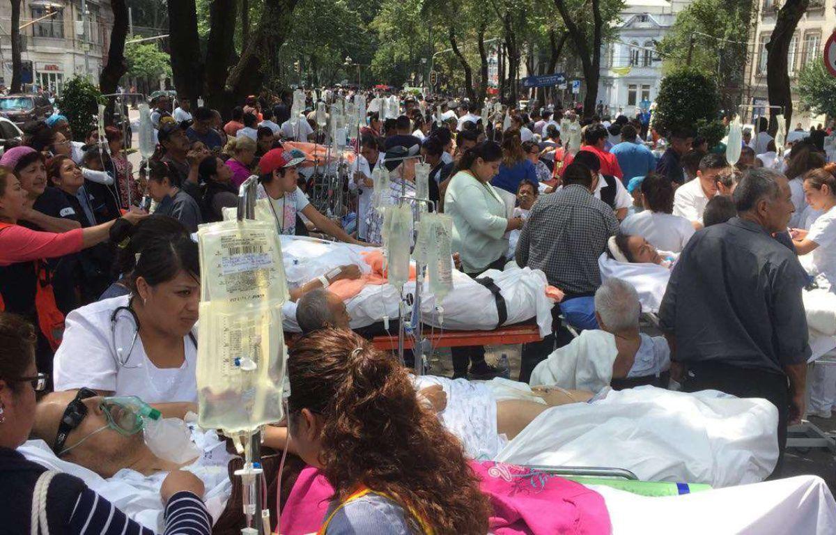 Des patients évacués après le violent séisme qui a secoué Mexico City le 19 septembre 2017. –  Alex Cruz/EFE/SIPA