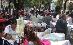Des patients évacués après le violent séisme qui a secoué Mexico City le 19 septembre 2017.