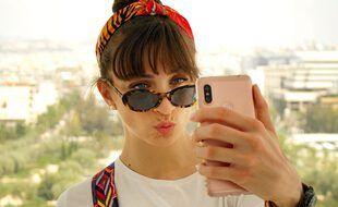 Jeune fille prenant un « selfie »
