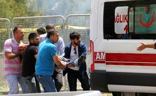 Un homme blessé est transporté dans une ambulance près du site d'une explosion, le 8 juin 2016 à Midyat au sud-est de la Turquie