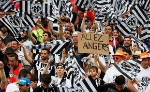Les supporters d'Angers sont restés bloqués toute la nuit dans le TGV lors de leur retour après la finale de la Coupe de France perdue contre le PSG, le 27 mai 2017.
