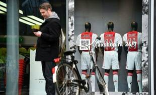 La boutique de l'Ajax à l'Amsterdam Arena avec les maillots de Cruyff en devanture.