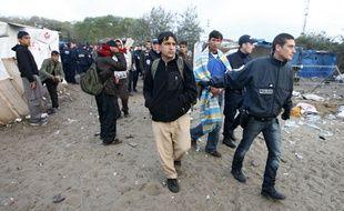 """La police a évacué les migrants de la """"Jungle"""" de Calais, le 22 septembre 2009."""