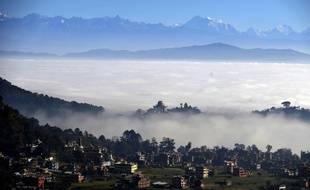 Vue sur le village de Bhanjiang (prise en décembre 2014), au Népal, et au loin, la vallée du Langtang, dévastée par le séisme du 25 avril 2015.