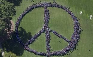 Vue aérienne du signe de paix géant formé le 6 octobre 2015 par 2.000 personnes pour célébrer l'anniversaire de John Lennon, disparu en 1980.