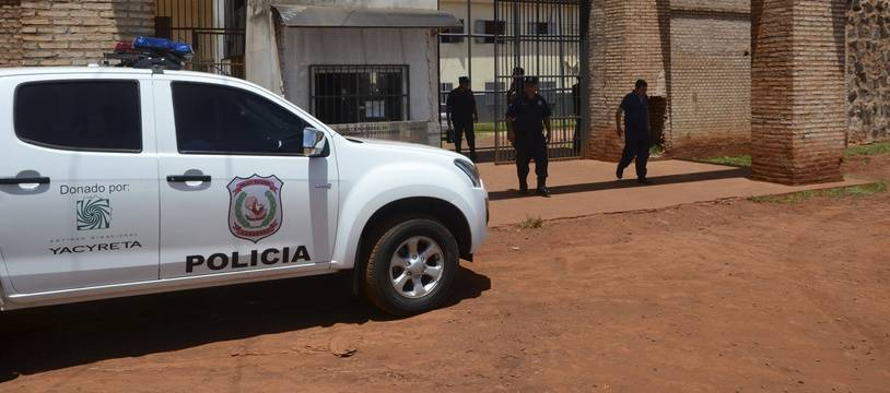 La police monte la garde le 19 janvier 2020 devant la prison de Pedro Juan Caballero au Paraguay.