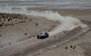 Une voiture du Dakar sur la piste près d'Uyuni en Bolivie
