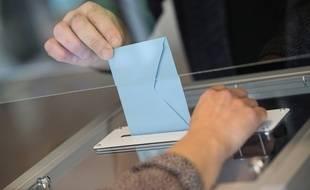 Dans un bureau de vote en France, le 27 juin 2021.