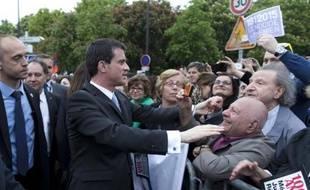 Manuel Valls salue les participants aux commémorations du 100e anniversaire du génocide arménien, le 24 avril 2015 à Paris