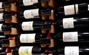 Des bouteilles de vin à la vente. Illustration.