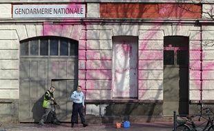 La façade de la gendarmerie de Lille a été dégradée à la peinture rose.