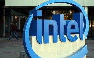 Le logo d'Intel devant le siège du groupe à Santa Clara en Californie, en janvier 2014