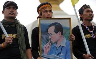 La Première ministre thaïlandaise Yingluck Shinawatra a appelé mardi ses opposants à cesser leurs manifestations quotidiennes, qui ont réuni des dizaines de milliers de personnes, maintenant que la loi d'amnistie qu'ils contestent a été rejetée par le Sénat.
