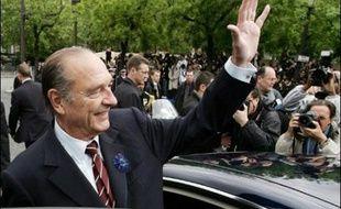 Jacques Chirac a présidé pour la douzième et dernière fois la cérémonie de la victoire du 8 mai 1945 mardi sur la la place de l'Etoile à Paris, en l'absence de son successeur Nicolas Sarkozy.