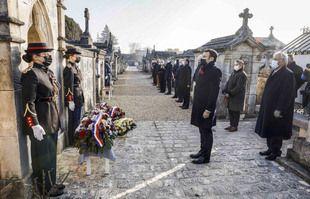 Une cérémonie d'hommage sur la tombe de l'ancien président François Mitterrand marquant le 25e anniversaire de sa mort, le 8 janvier 2021 au cimetière de Jarnac.