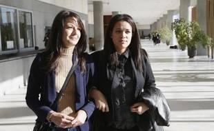 Manon Serrano (g) et sa mère Sophie Serrano sortent du tribunal de Grasse, le 2 décembre 2014