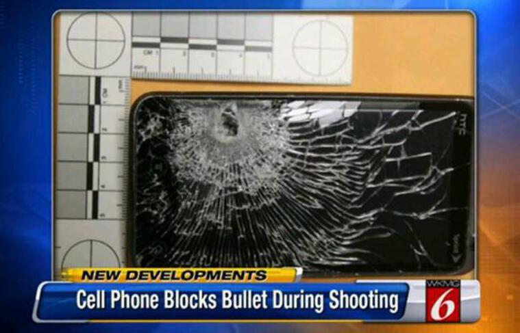 Le téléphone portable a stoppé le projectile, venu se loger dans la batterie de l'appareil cellulaire