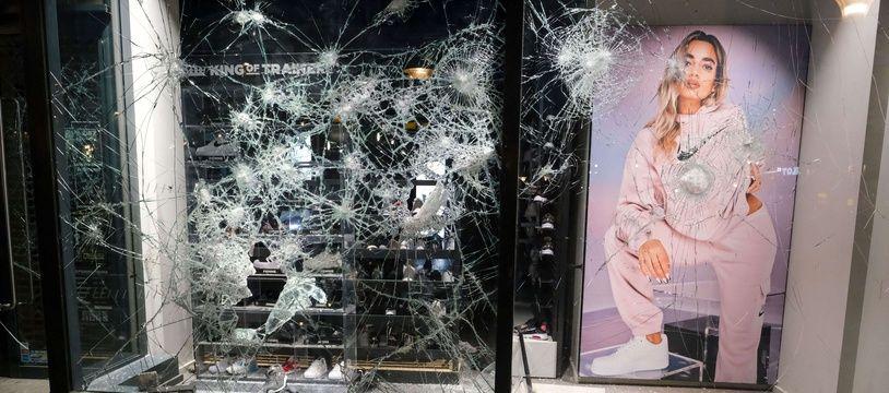 Un magasin saccagé dans le centre-ville de Liège, le 13 mars 2021.
