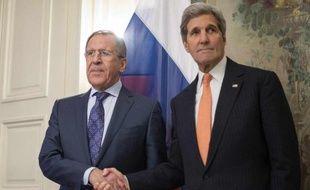 Le secrétaire d'Etat américain John Kerry (d) et son homologue russe Sergueï Lavrov à Munich, le 7 février 2015