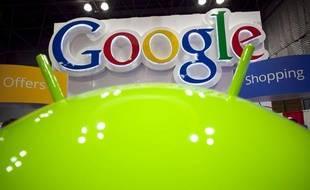 Une partie du robot Android devant le logo de Google.