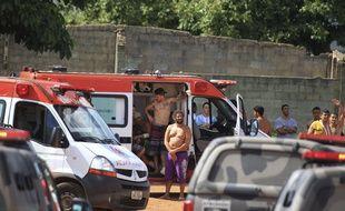 Les prisonniers reçoivent les premiers soins après une mutinerie dans une prison située dans l'État de Goias, au Brésil, lundi 1er janvier.