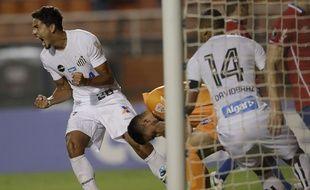 Le défenseur de Santos Lucas Verissimo (à gauche) célèbre un but en mars lors d'un match de Copa Libertadores