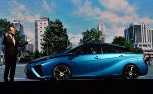 "Yoshikazu Tanaka, ingénieur en chef adjoint chez Toyota Motor présente la ""Mirai"" à Tokyo, le 18 novembre 2014"