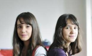 Hanna et Yasmine cherchent un lycée.