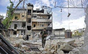 Des combats opposaient dimanche rebelles et armée dans plusieurs quartiers d'Alep, ville du nord de la Syrie soumise en partie au pilonnage de l'artillerie, indique l'Observatoire syrien des droits de l'Homme (OSDH).