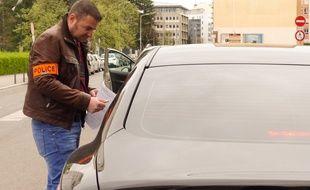 Lyon, le 7 avril 2016. Des policiers de la brigade des professions réglementées traquent aux abords de la gare de la Part-Dieul'exercice illégal de la profession de chauffeur de  taxi ou de chauffeur VTC.