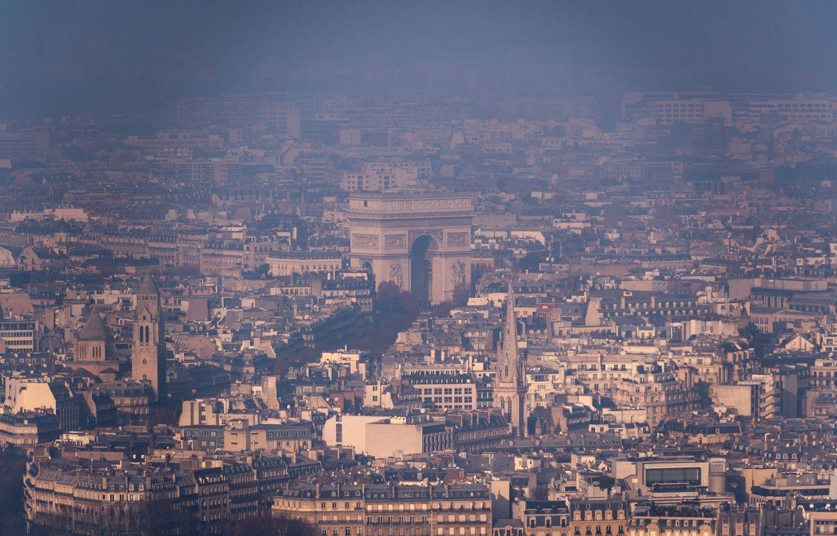 L'arc de Triomphe vu depuis la Tour Montparnasse, un jour de pollution aux particules fines à Paris, le 29 décembre 2016. – LIONEL BONAVENTURE / AFP