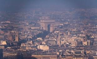 L'arc de Triomphe vu depuis la Tour Montparnasse, un jour de pollution aux particules fines à Paris, le 29 décembre 2016.