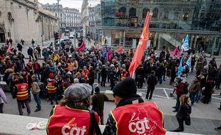 Des manifestants contre la réforme des retraites devant le Palais de la Bourse à Lyon, vendredi 3 janvier.