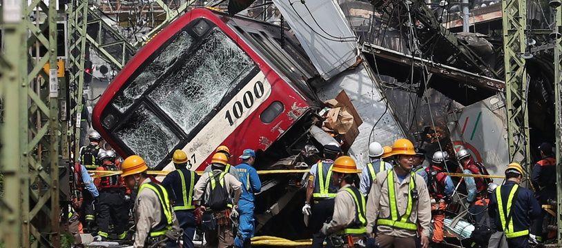 Un train a déraillé après avoir heurté un camion, à Yokohama le 5 septembre 2019.