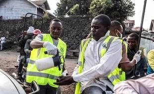 Un officier de santé se désinfecte les mains poste de contrôle de santé à Goma, en RDC.